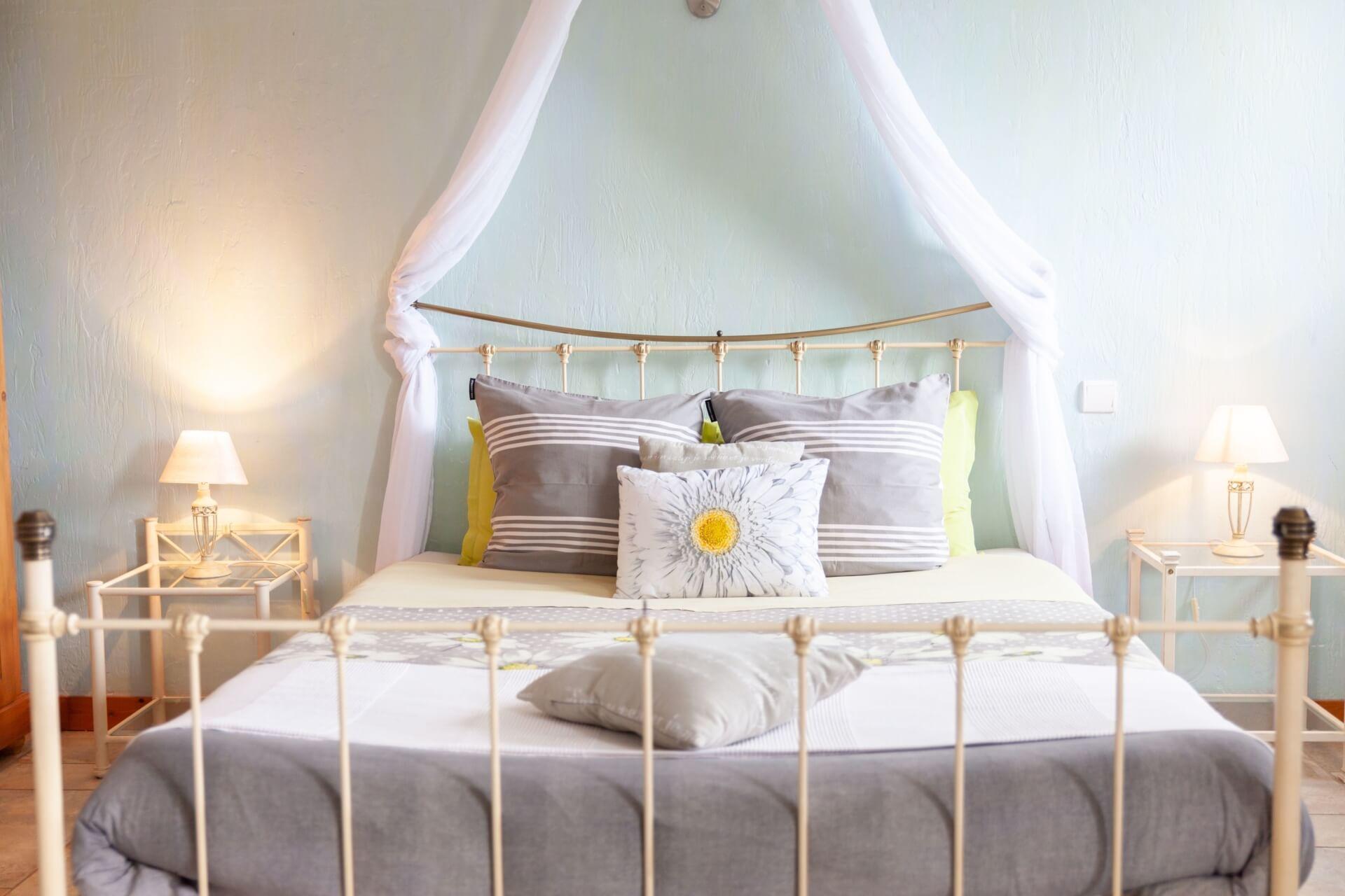 Petite suite familiale avec lit 160x200 et deux lits simples, salle de bain