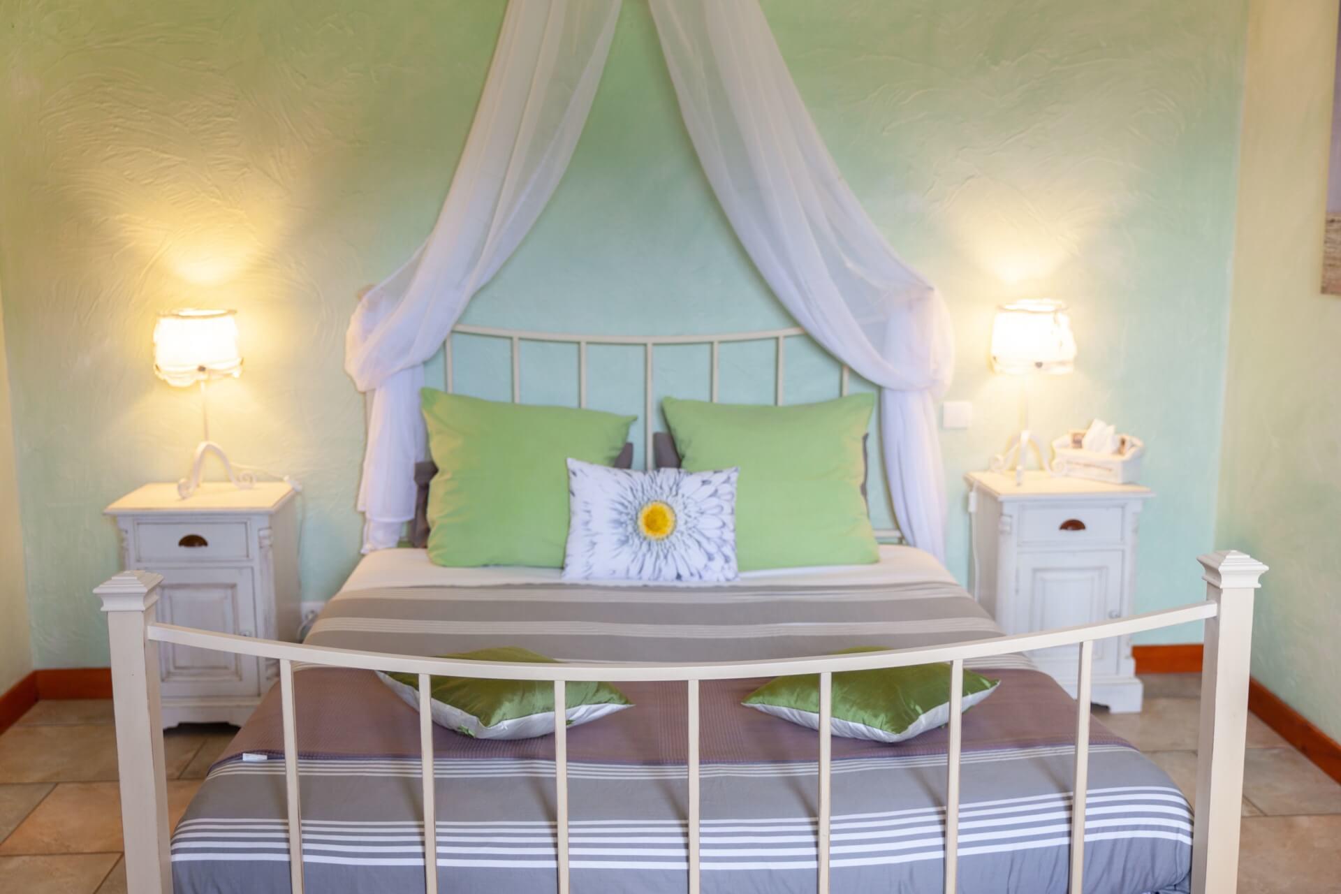 Chambre double, un grand lit 160x200 cm et salle de bain en pierres