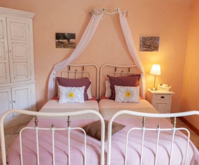 Chambre double, deux lits simples 90x200 cm, salle de bain en pierres